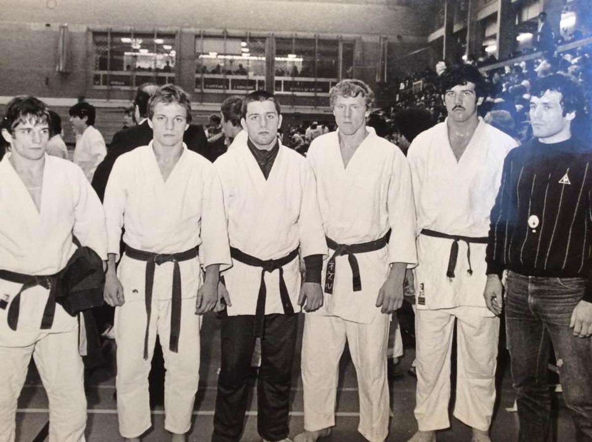 De juniorenploeg van coach Dedecker (uiterst rechts). Kris Daels staat centraal, met zwarte broek. (GF)