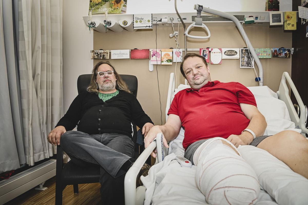 Nic Cattebeke verloor zijn rechteronderbeen en -voet nadat een bacterie er zijn botten zwaar aantastte. Zijn goede vriend Carlo Herpoel was erbij toen de dokters hem het nieuws vertelden.