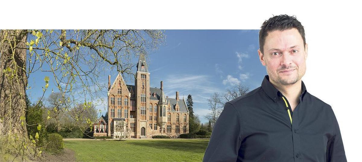 Wetstraatjournalist nodigt prominente politici uit naar het kasteel van Loppem.