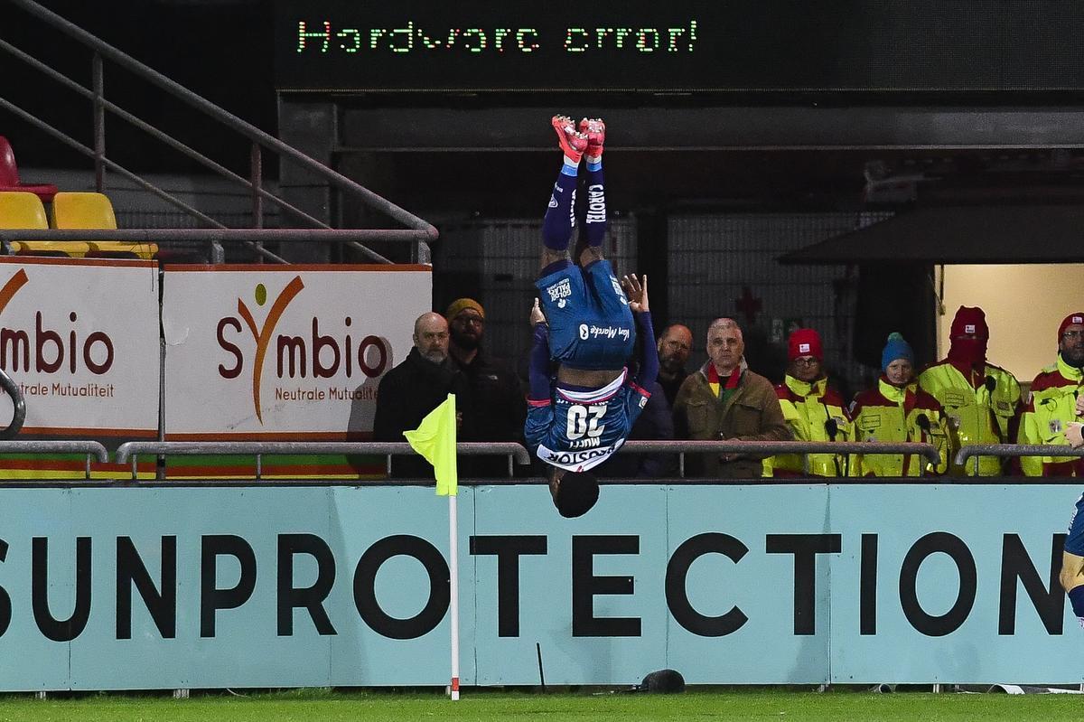 Terem Moffi, goalgetter en acrobaat.