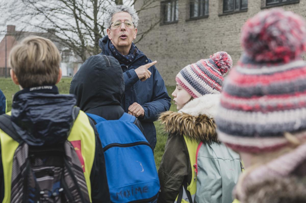 Wijnbergdirecteur Hans Van De Moortel sprak de leerlingen van het vijfde leerjaar vlak voor hun vertrek op schooluitstap kort toe. De zieke leerkracht wordt tijdelijk vervangen.