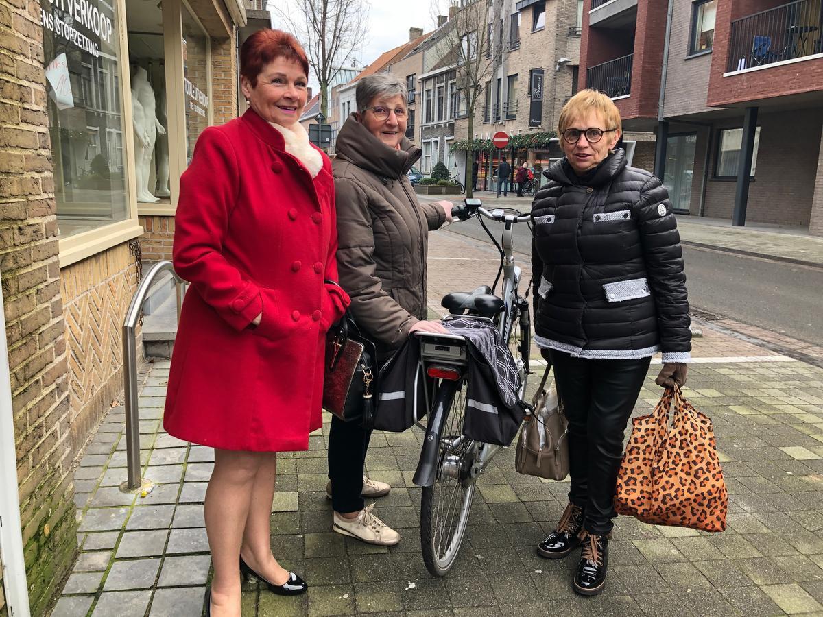 Christel, Diane en Christiane zijn op weg naar de markt.