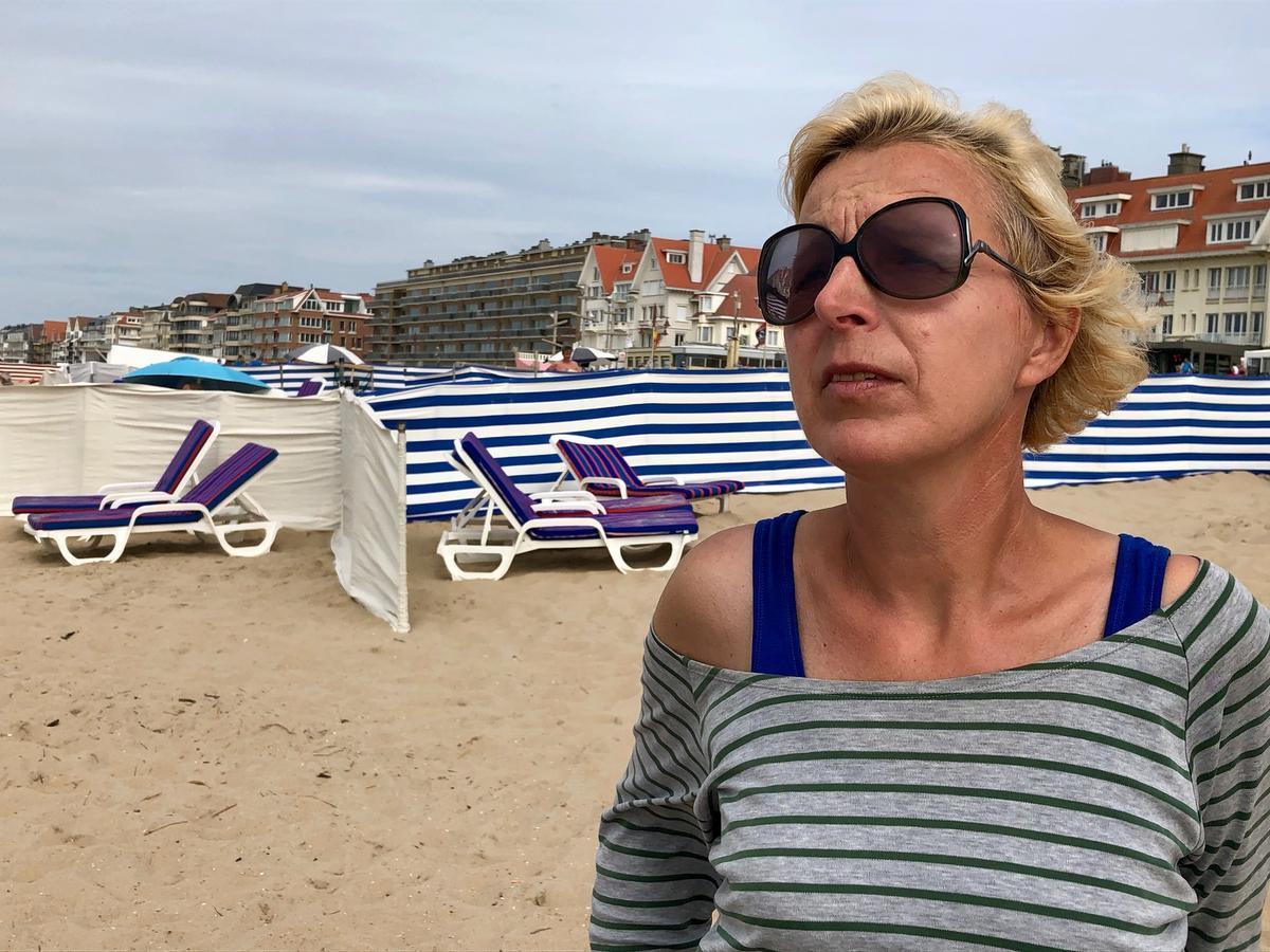 Annick Dosselaere verhuurt strandbedden, windzeilen, cabines en parasols.