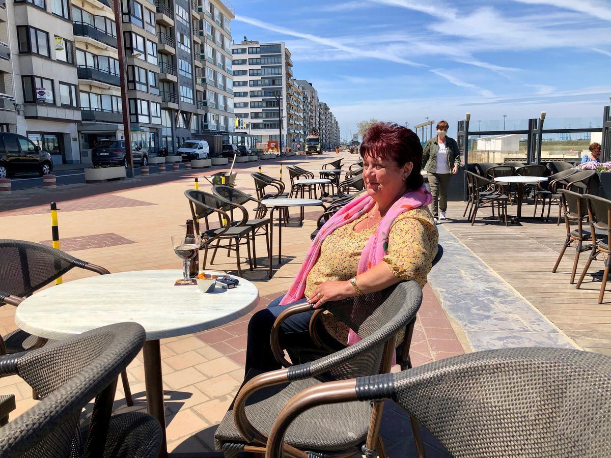 Marleen De Weirdt, genietend vanop een terrasje.