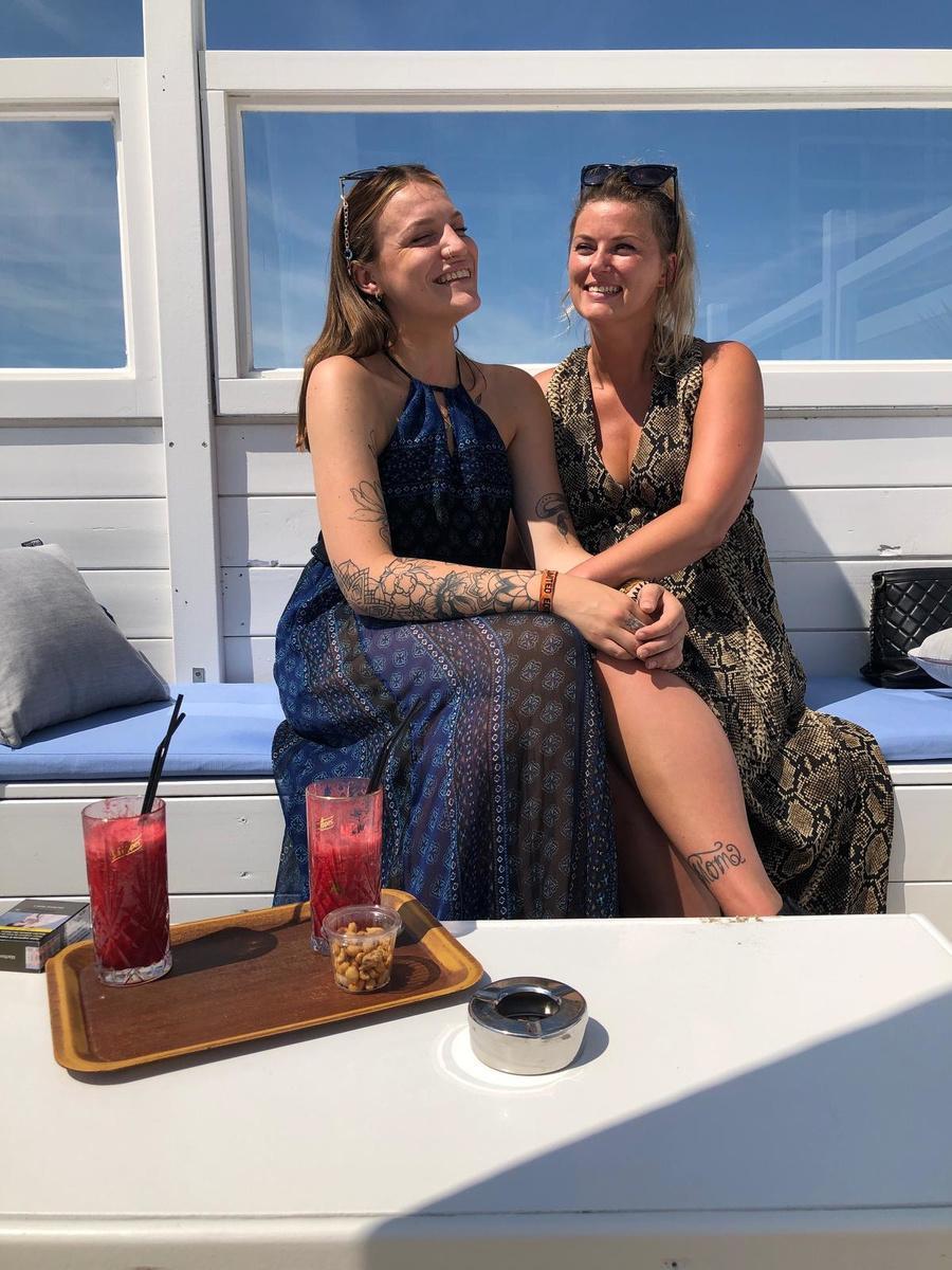 Olenka en Melodie hebben een liefde-haatverhouding met de kusttoeristen.