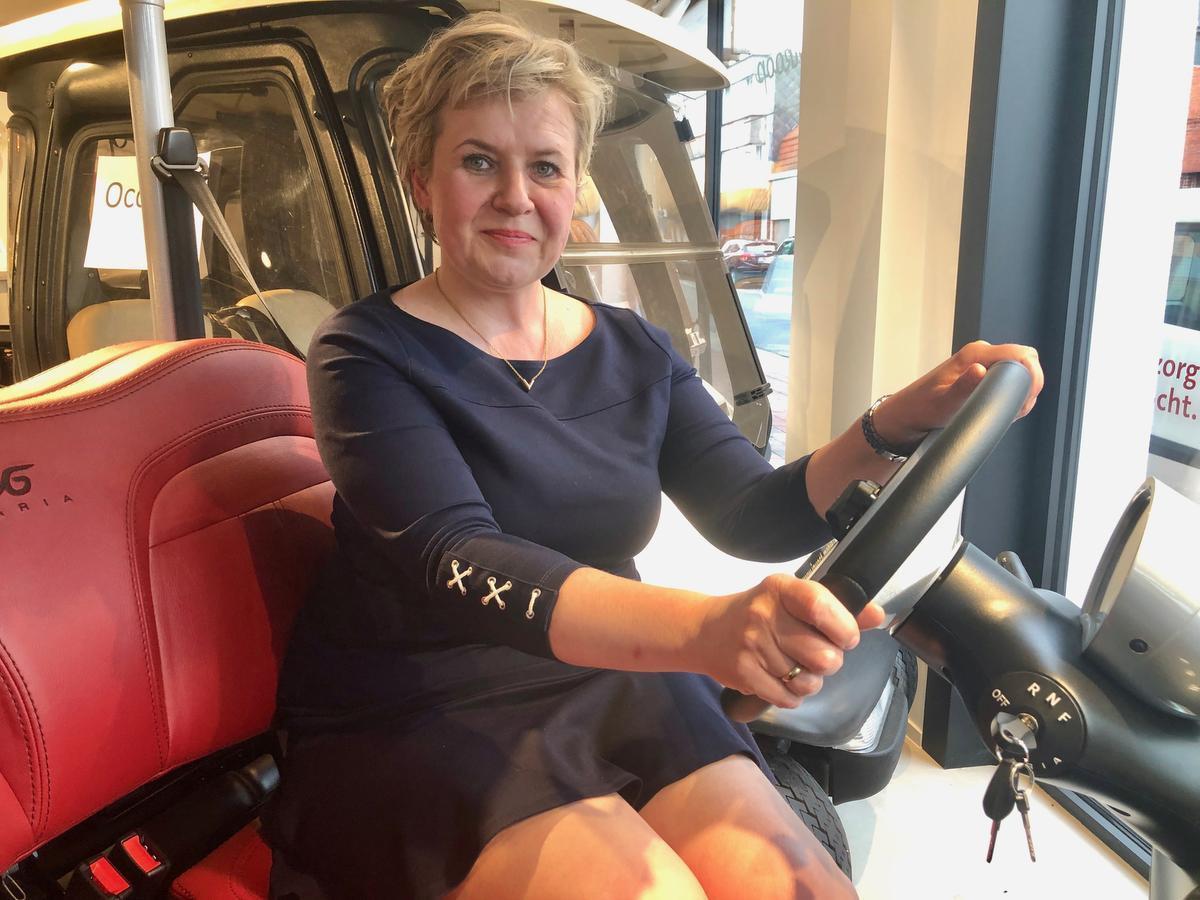 Magdalena Suchora verkoopt 'city mobiles'.