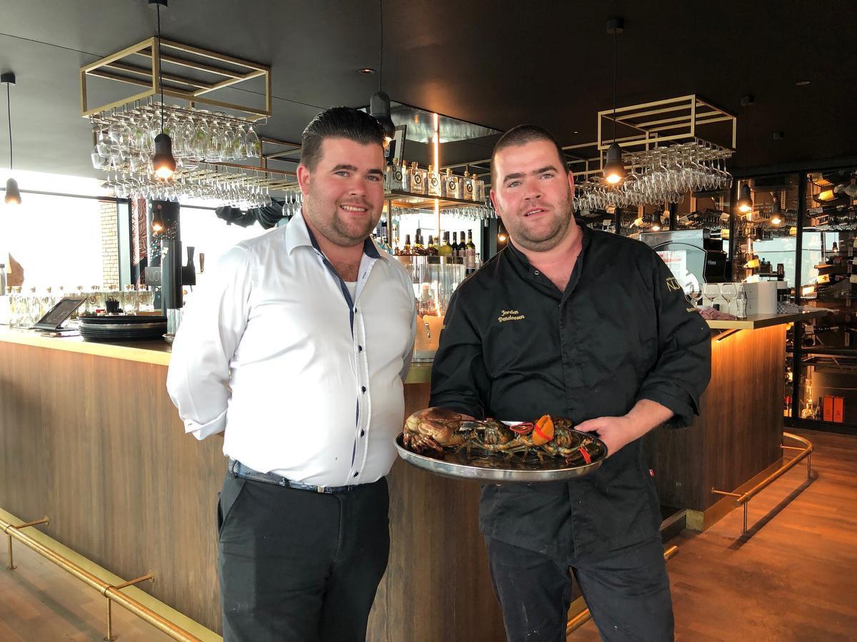 Boven in de toren die wat weg heeft van het Antwerpse MAS zit er een restaurant, Njord, dat uitgebaat wordt door twee telgen van een befaamde Lisseweegse horecafamilie, de jonge tweeling Jorden en Jonas Dendooven.