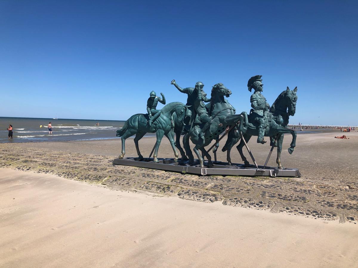 Kunstwerk MEN van Nina Beier kreeg tijdens Beaufort 2018 een plekje op het strand.