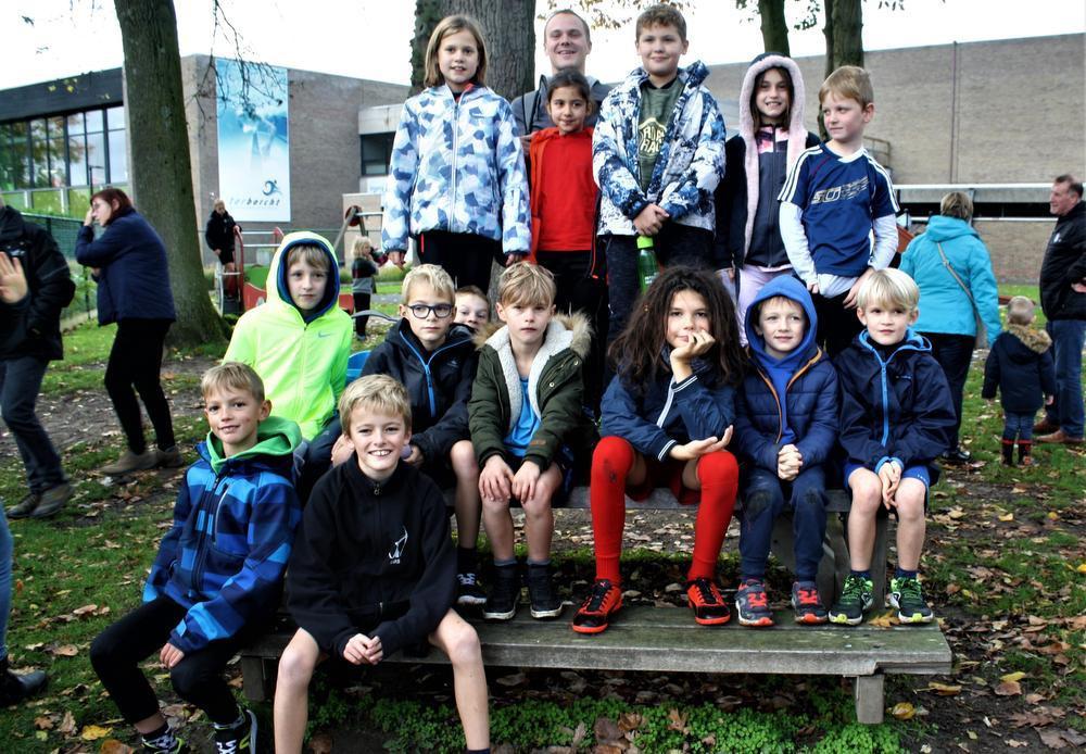 Met 16 leerlingen van de Kleine Tovenaar was leerkracht Giovanni Vandebussche aanwezig om deel te nemen aan de MOEV-veldloop.