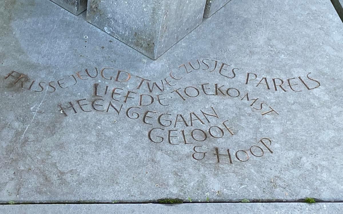 De tekst op het graf van Wendy en Meggie.