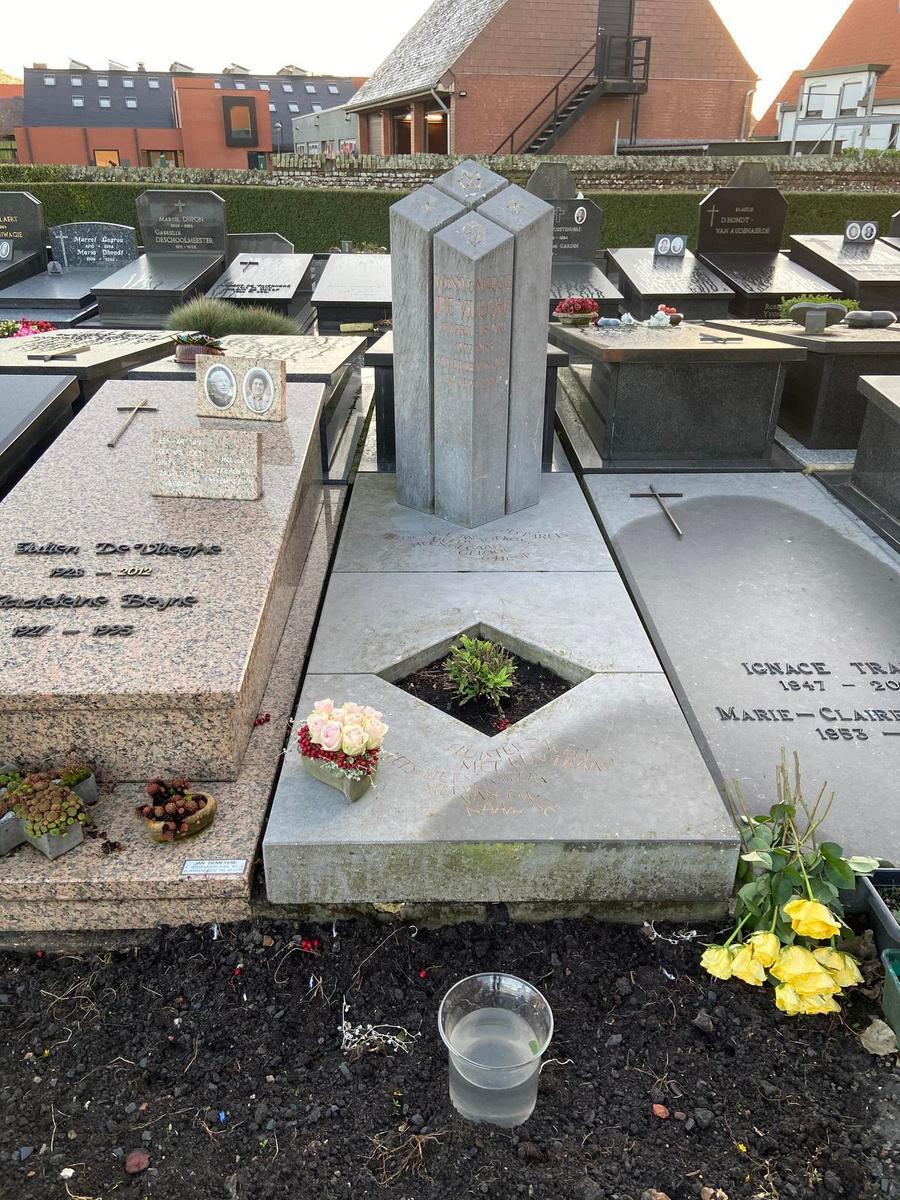 Alain De Vlieghe bij het graf van zijn dochters: