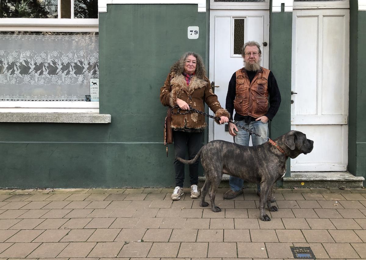 Ilona en Roger met hun Corsicaanse hond.