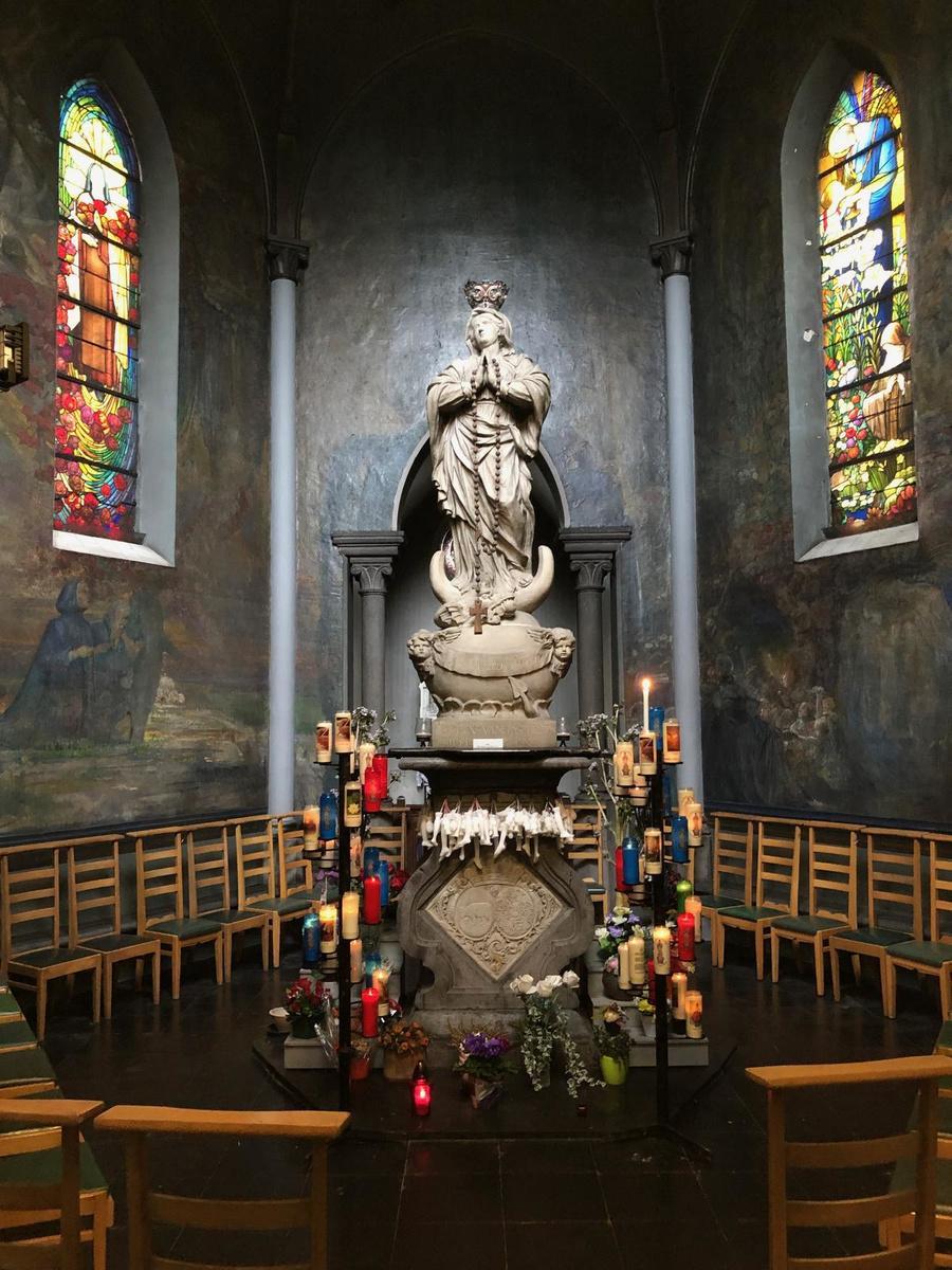 Het beeld van Maria is imposant.