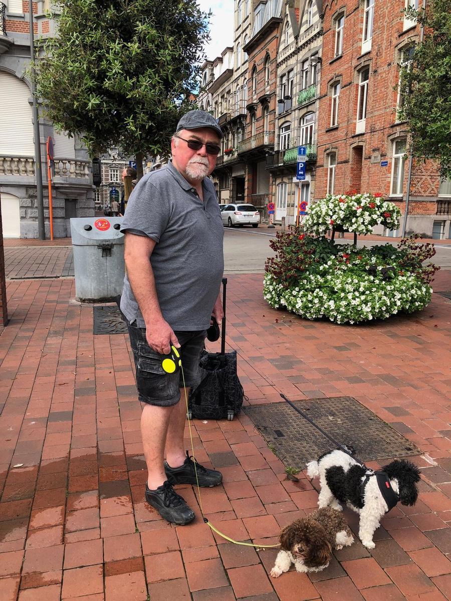 Gentenaar Joris Delporte is op wandel met zijn twee harlekijnpoedels.