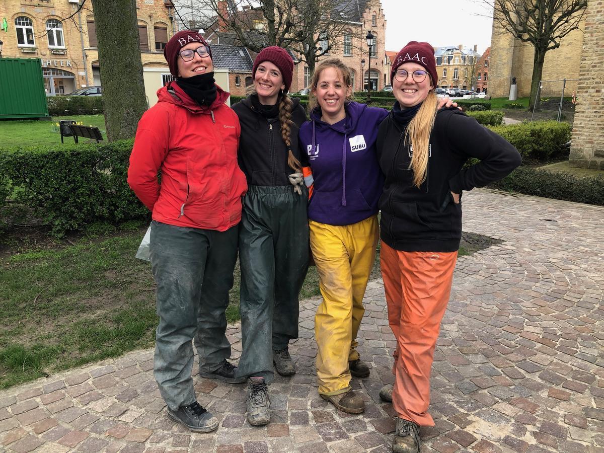 Archeologen Ali Jelene Scheers, Charlotte Verhaeghe, Elisabeth Massagé en Nandy Do graven lijken op.