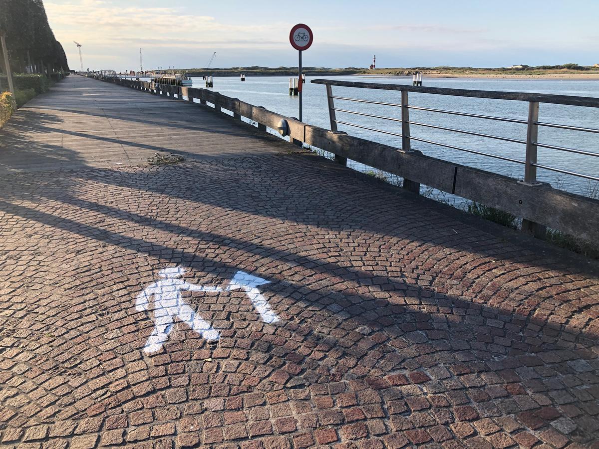 De voetgangers dienen de pijlen te volgen langs de vaargeul.