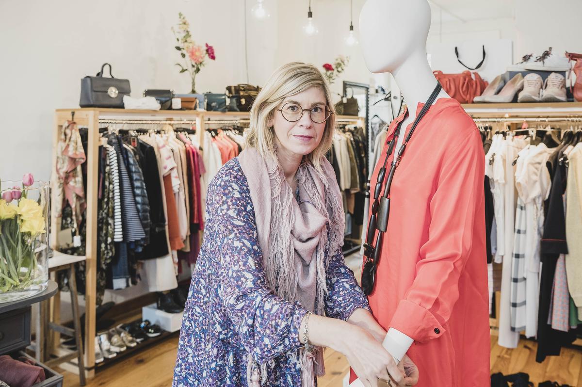 Zaakvoerder Roos in haar pre-loved boutique in Ieper.