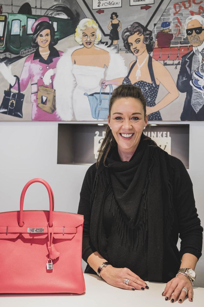 Zaakvoerder Tania Vanneste in haar winkel voor pre-loved designermode.