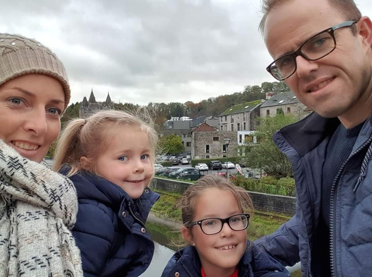 Vicky Vanparys en Frederik Debruyne, samen met dochtertjes Ella (5) en Oona (9).