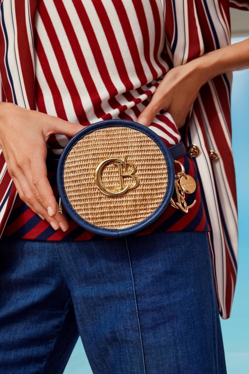 Voor al je essentials: heuptasje van leder en gevlochten riet, van Caroline Biss.