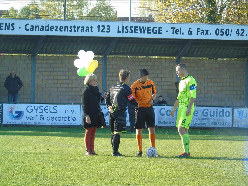 Voor de wedstrijd tegen SKV Zwevezele B werden witte ballonnen opgelaten ter nagedachtenis aan Bodhi.