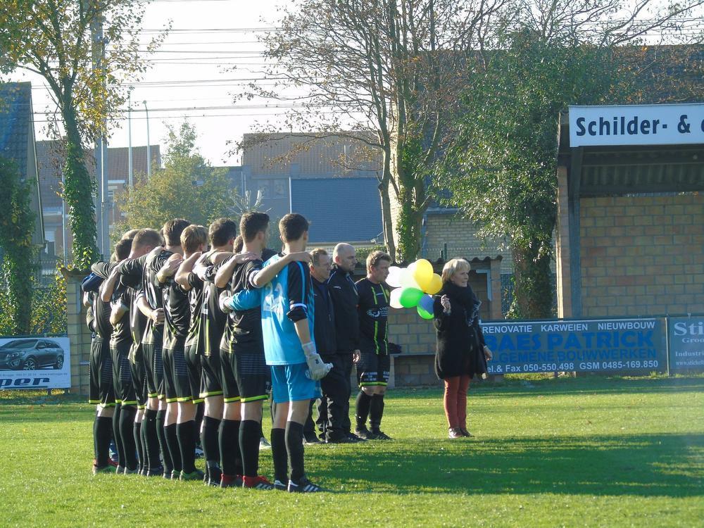 De spelers van RFC Lissewege waren bijzonder aangeslagen door het droevig nieuws. Voor de wedstrijd werd er een minuut stilte gehouden.