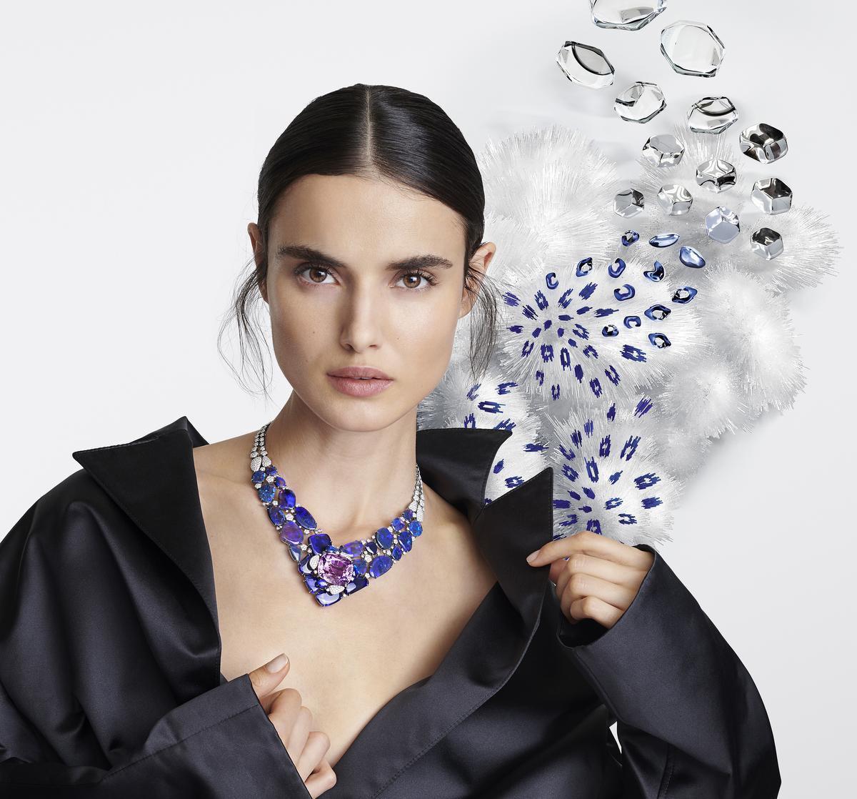 Symfonie van paarsblauw en violet. Halssnoer uit de nieuwste collectie van Cartier. Creatie in platinum, met een grote violetkleurige kunziet van 71,08 karaat, opalen en witte en roze diamanten.