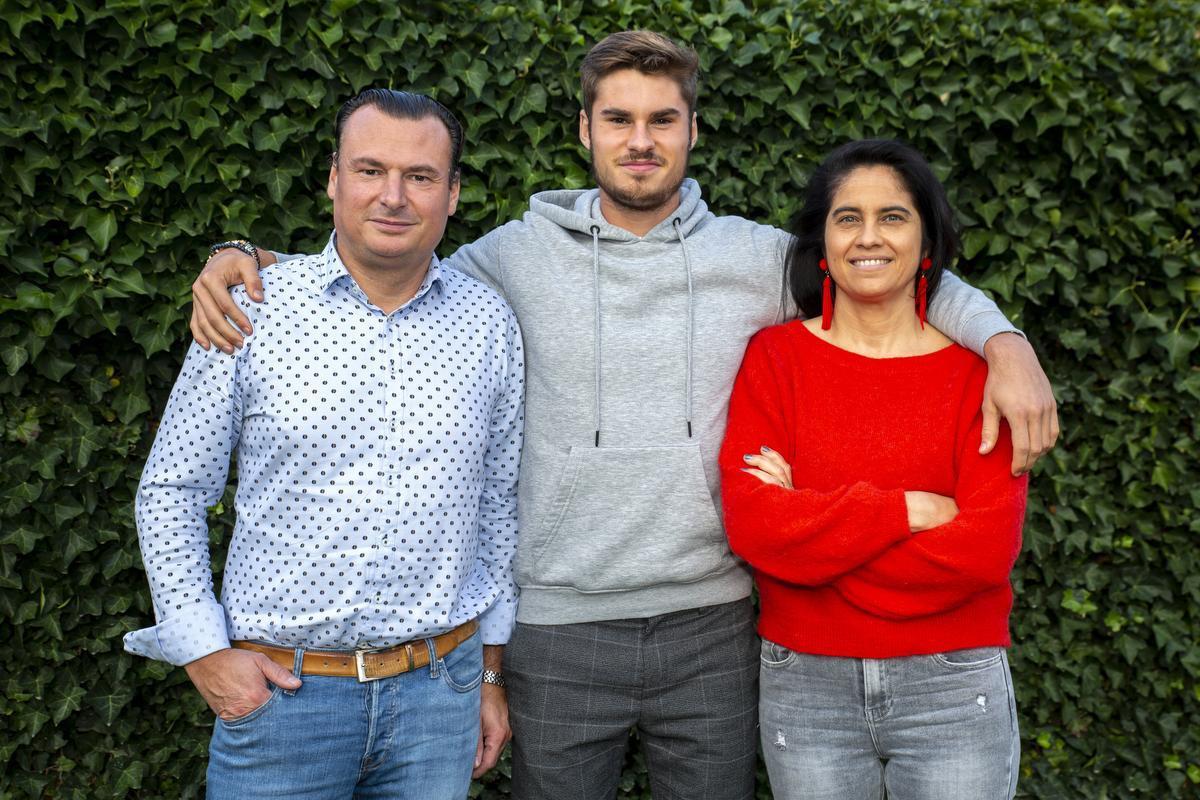 Juliaan Laverge met zijn ouders Tom en Sofie Declercq. Broer August was afwezig wegens voetbaltraining.