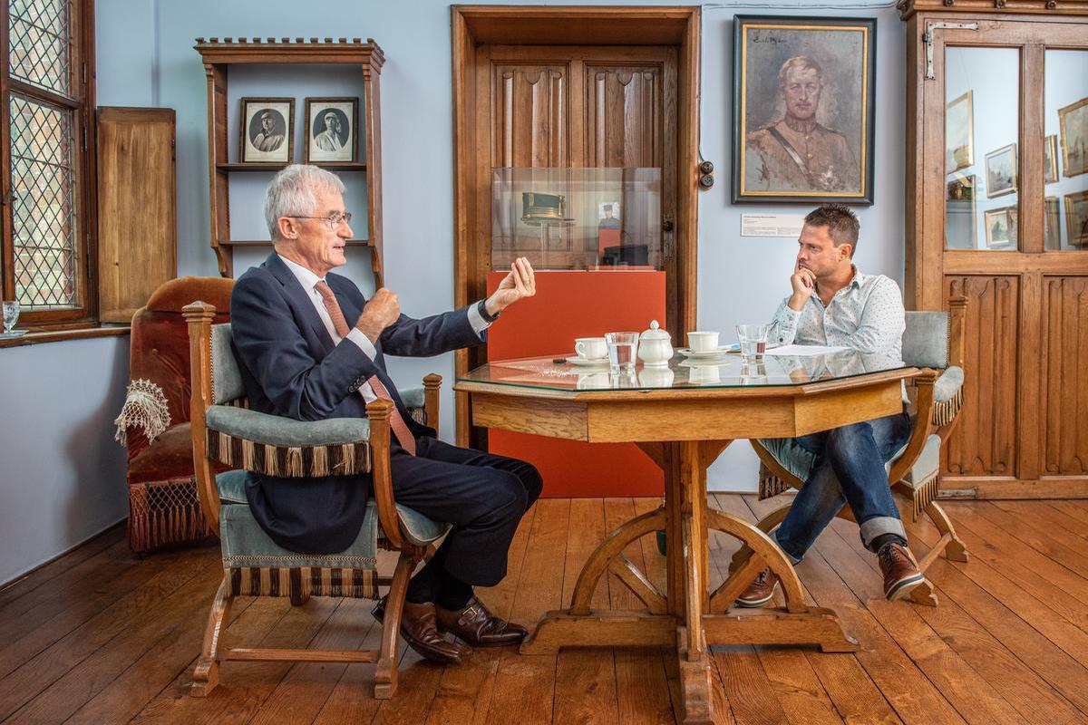 Geert Bourgeois in gesprek met journalist Paul Cobbaert.