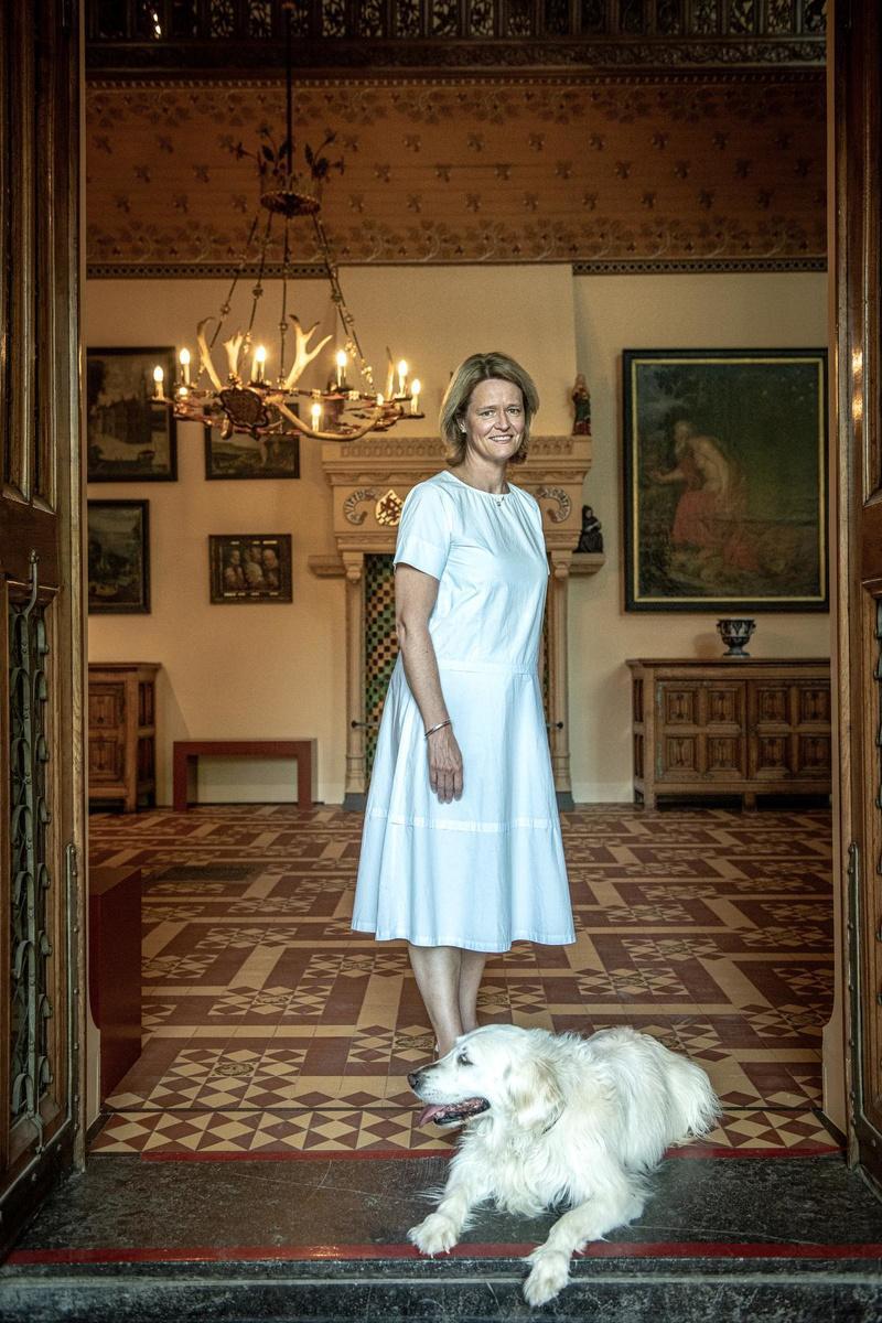 Kathleen Verhelst met de hond des huizes.