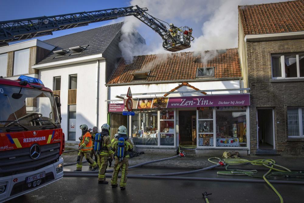 De brand maakte de woonst en handelszaak onbruikbaar.