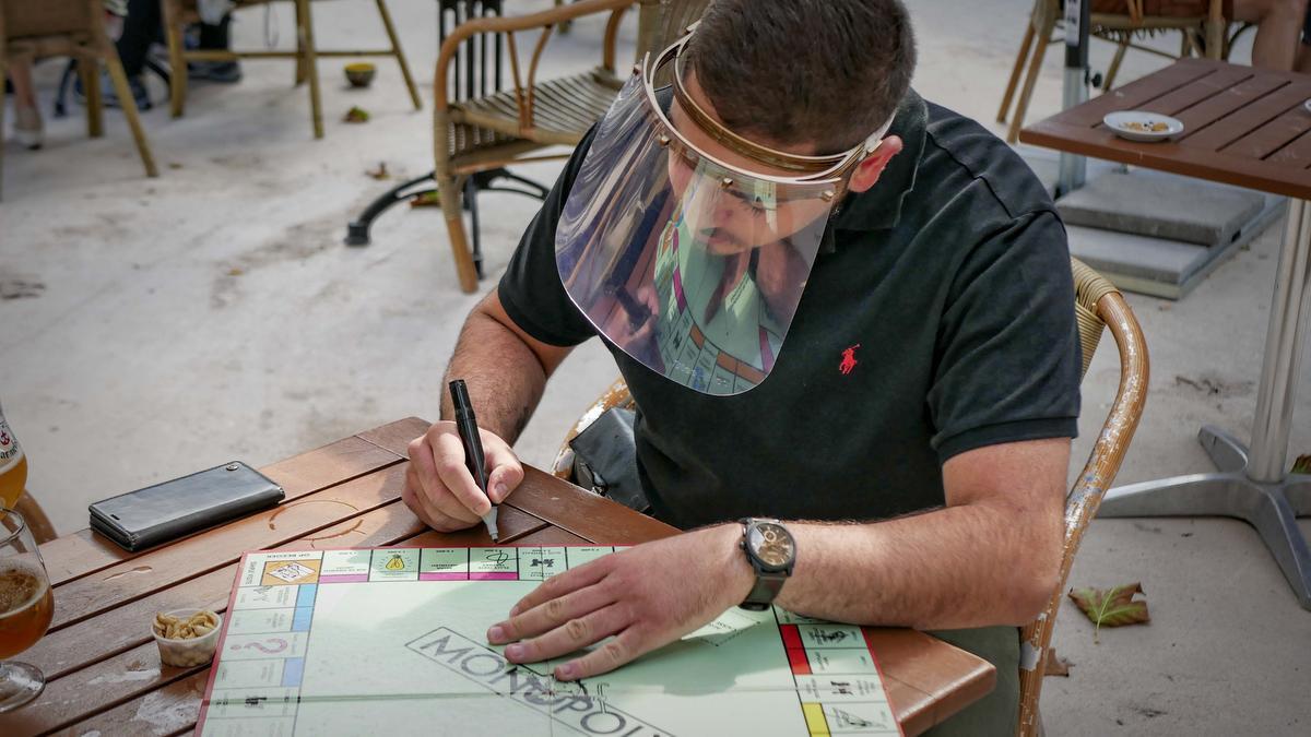 De 'patron' in Verviers tekent een vakje van het bord af.