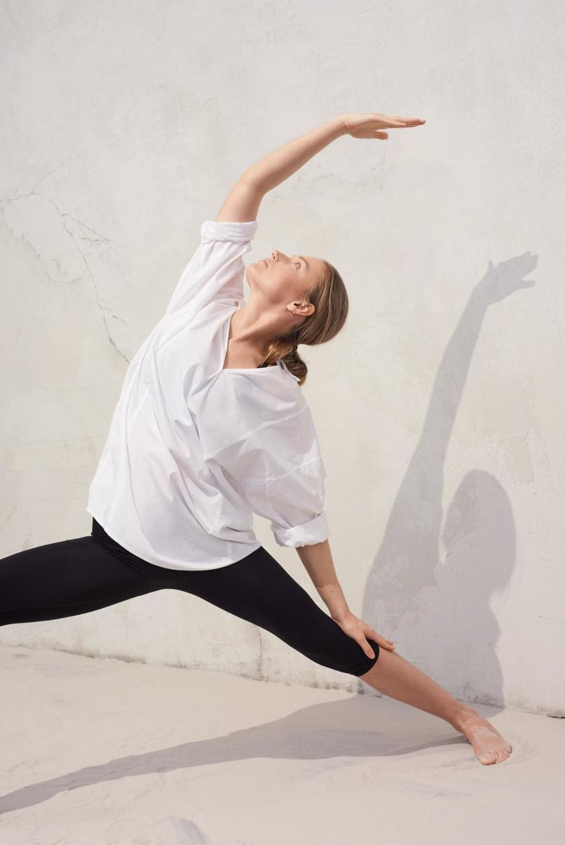 'Zoomproof' outfit uit de Soft Sport-collectie van Filippa K: tijdloos wit hemd en comfy legging.