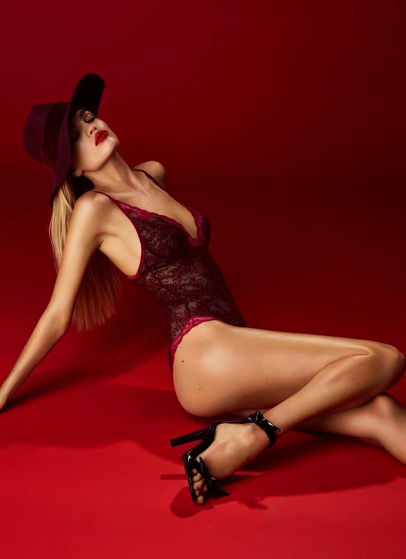 You can leave your hat on : glamoureuze body in kant en velours dévoré, van Andrès Sarda.