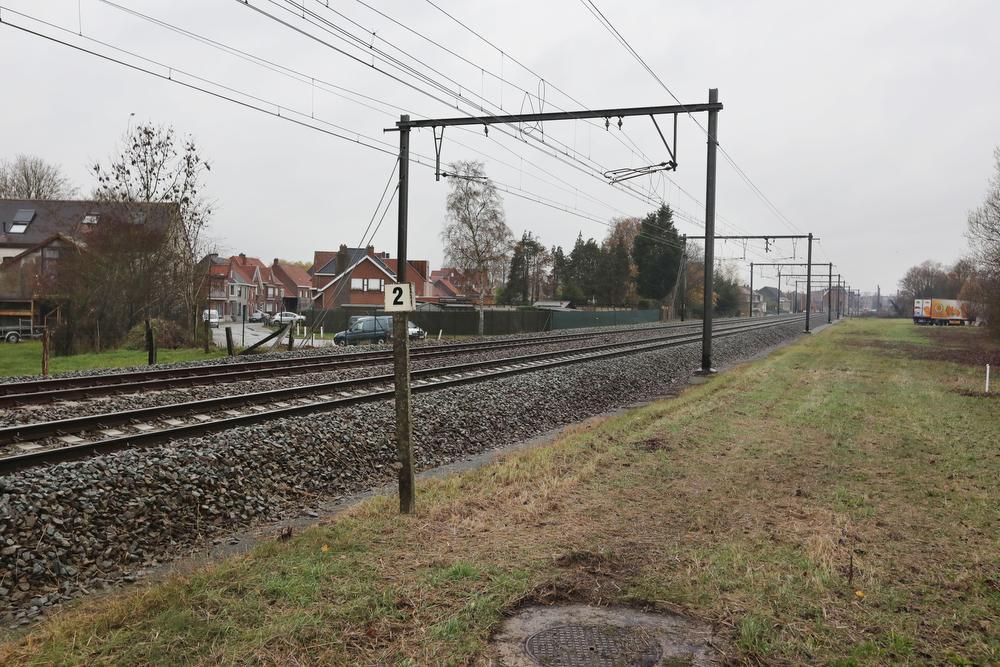 Op deze plaats van het traject, met links op de achtergrond de Lichterveldestraat, wordt de fietstunnel onder de sporen gerealiseerd. Dat zal het komende voorjaar al gebeuren.