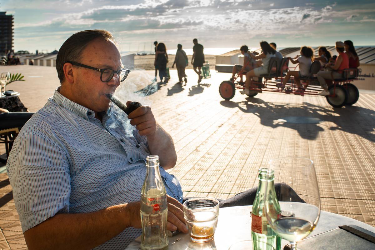 Een vertrouwd beeld. Een pijp rokende Jan Gheysen. Hij lijkt zo weggelopen uit de klassieker 'De Oude Man en de Zee' van Ernest Hemingway.