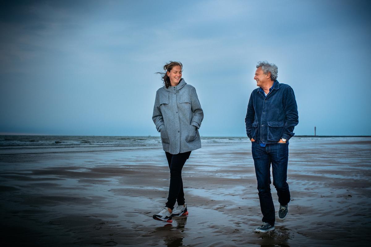 Emma Meesseman en journalist Frank Buyse, mijmerend over het strand bij valavond.