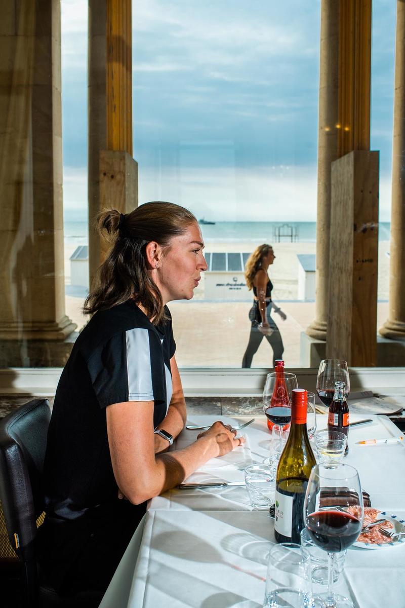 Aan tafel met een glas rode wijn.