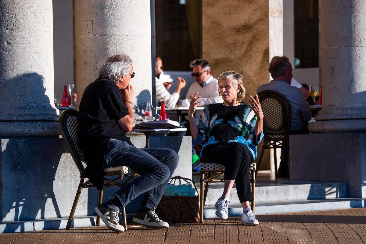 In gesprek met onze journalist op een zonnig terrasje.