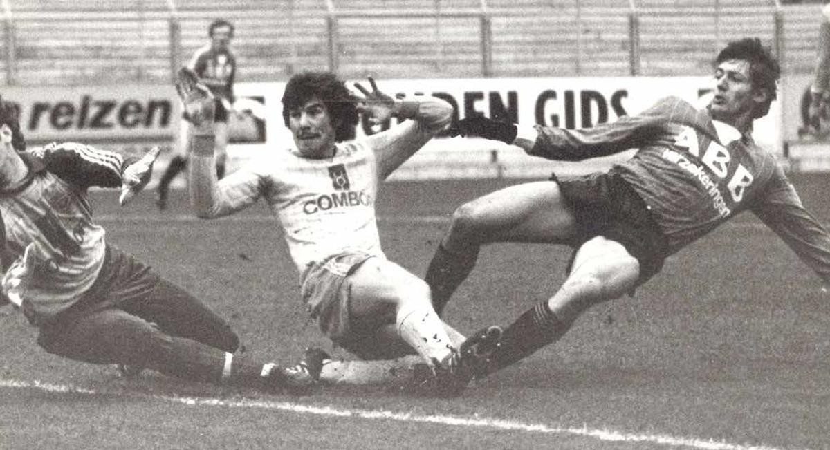Dirk Beheydt oog in oog met Jean-Marie Pfaff in de wedstrijd tegen Beveren tijdens het seizoen '82-'83.