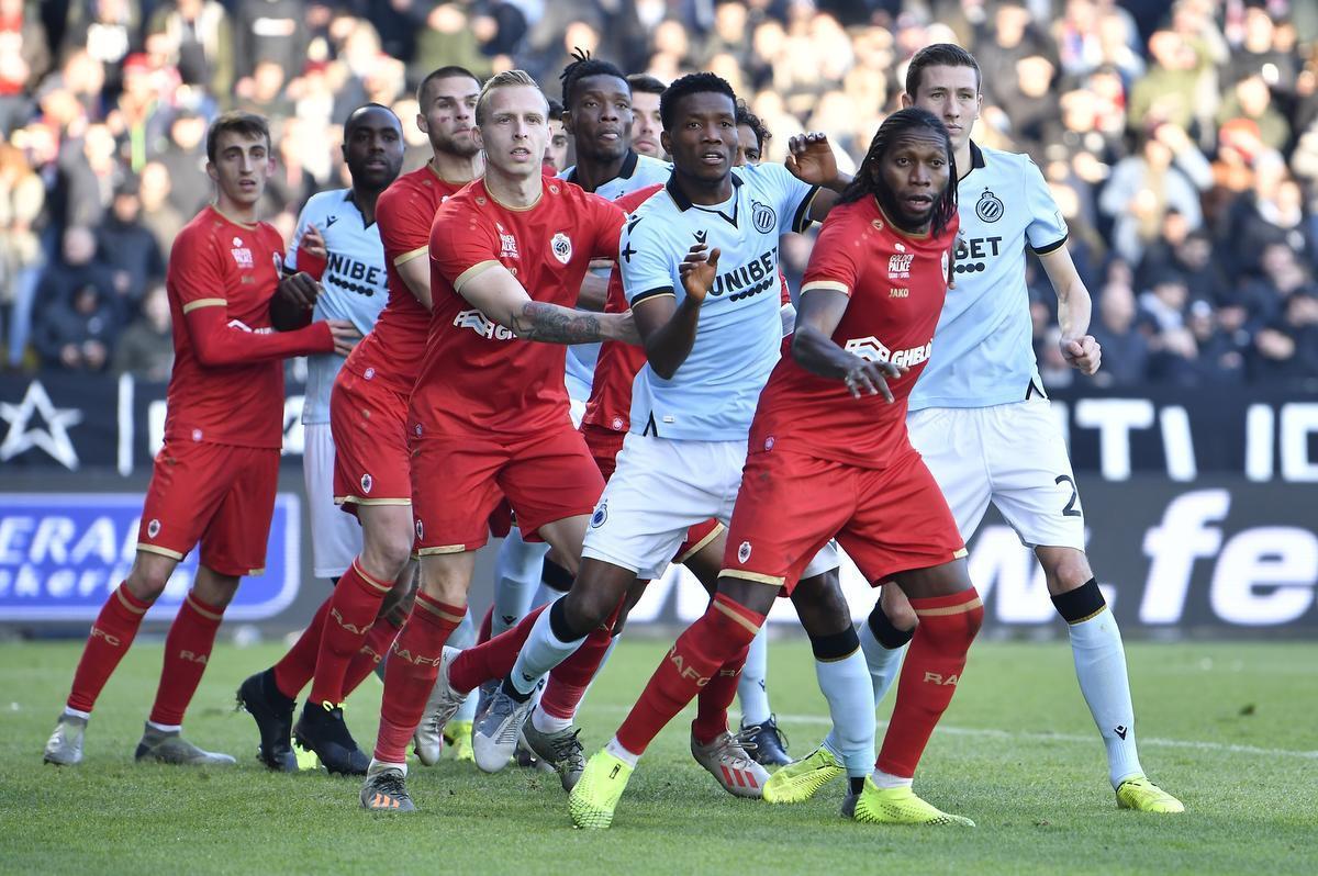 Een beeld uit Antwerp-Club van vorig seizoen, met vooraan topschutter Dieumerci Mbokani. Franky Van der Elst: