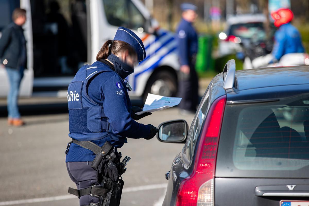 De politie controleert automobilisten in Jabbeke.