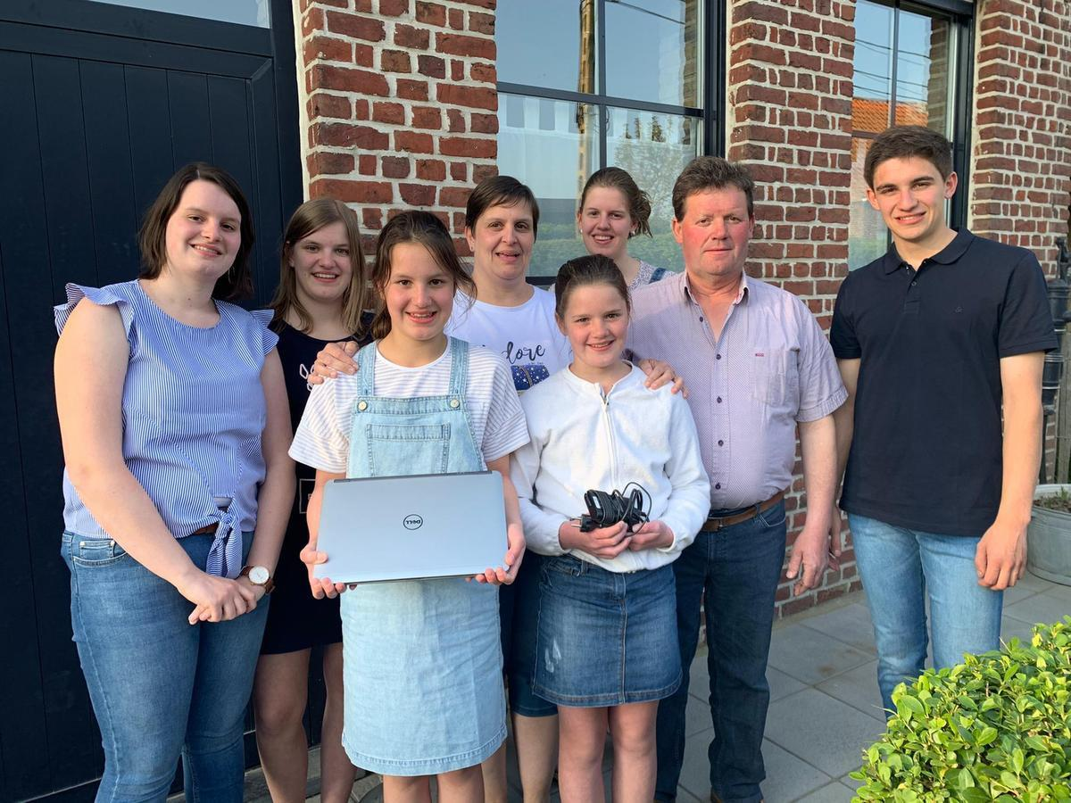 Ilse Wyllemet en Marc Gommez met hun zoon Victor (19) en vijf dochters: tweeling Marthe en Zoë (18), Marie (16), Clara (12) en Elza (10).