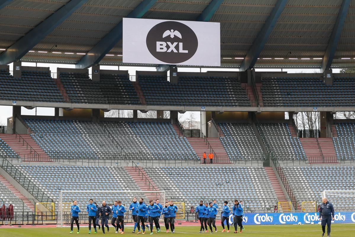 Een beeld van de opwarming voor de bekerfinale in 2016. Zaterdag krijgen we hetzelfde beeld te zien: voetballers voor lege tribunes. (foto Belga)