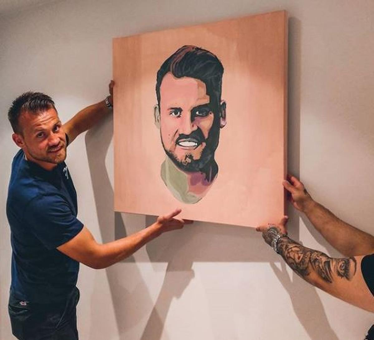 Simon Mignolet met het portret dat Timothy Vanlerberghe voor hem gemaakt heeft. (foto Instagram Busaho)