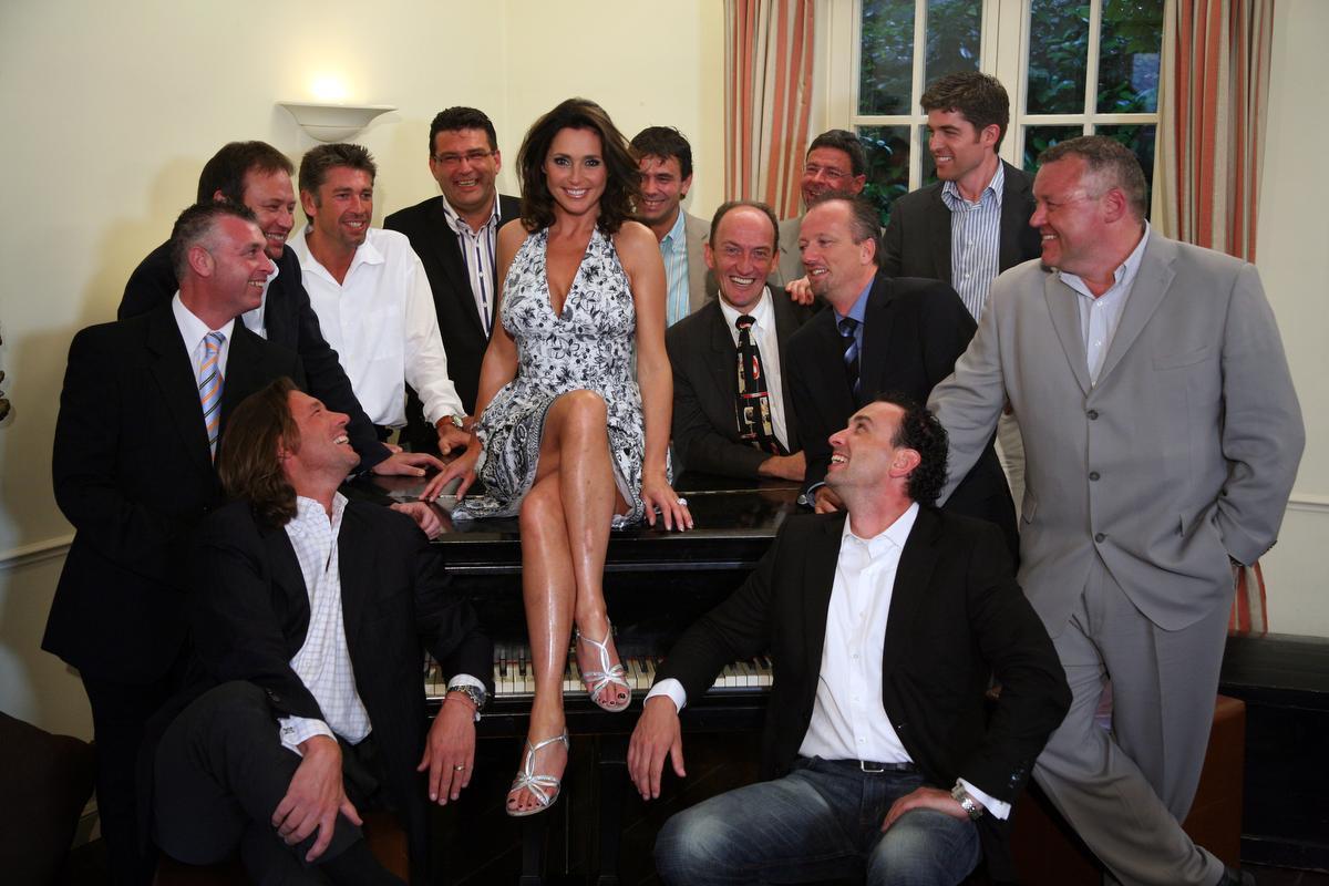 Wendy Van Wanten met de 12 mannen in 'Wie wordt de ma van Wendy?' (Foto VTM)