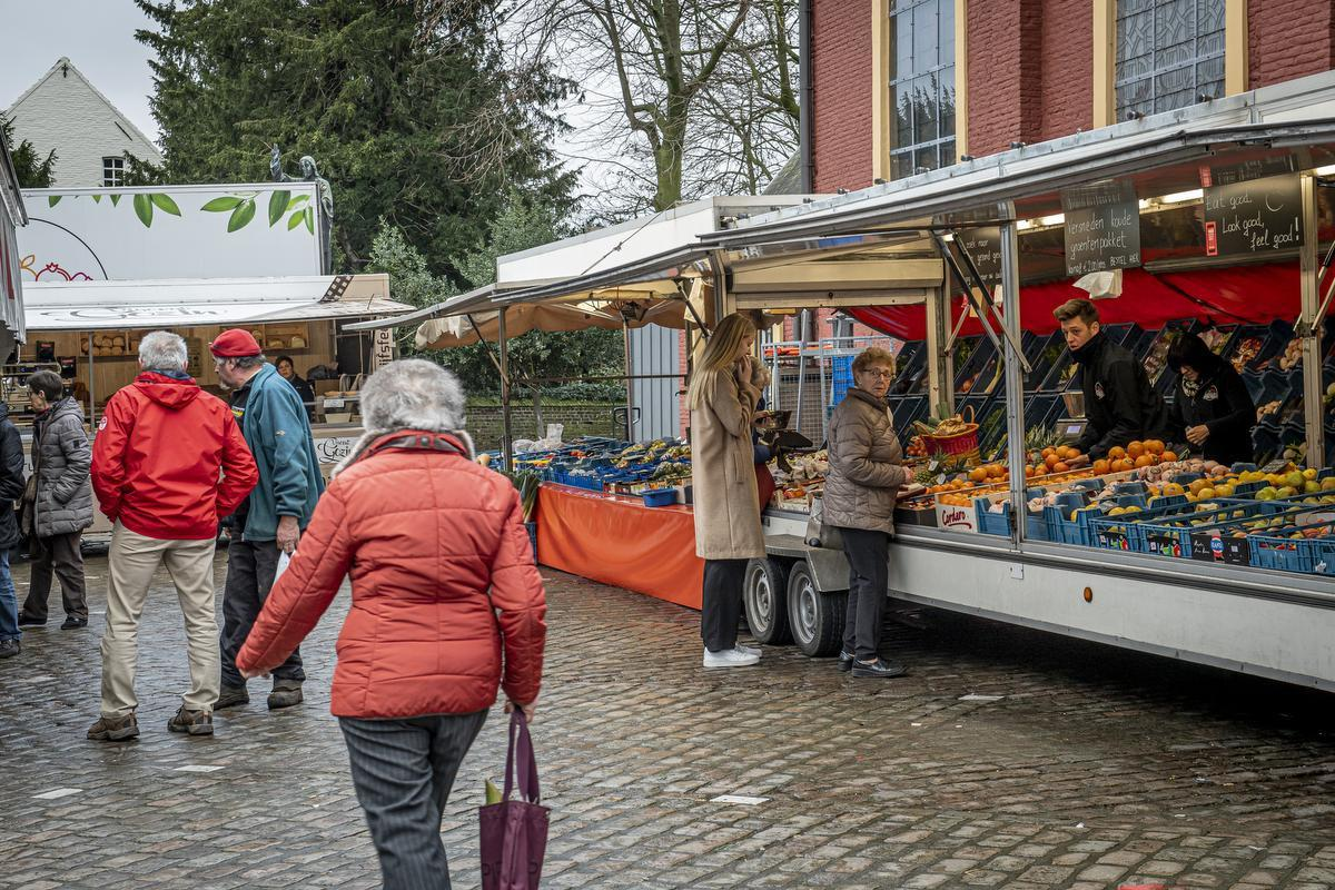 Op de wekelijkse vrijdagmarkt houden de Ruiseledenaren de lippen stevig op elkaar.