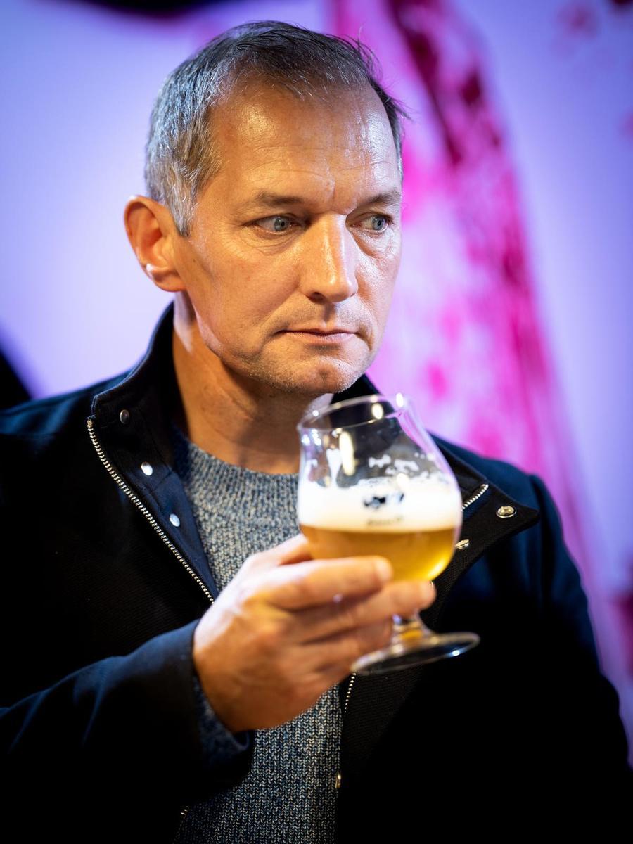 Karl Vannieuwkerke proeft de Achel Blond.