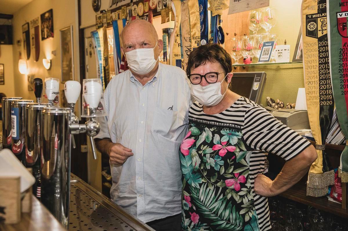 Luc 'Pottie' D'haens en Rita Van Rysselberghe staan al 47 jaar achter de toog van De Salamander.