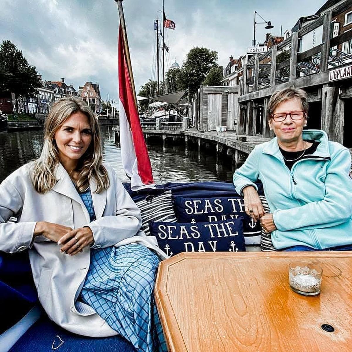 Tijdens een boottochtje met de mama van Bauke Mollema in Friesland (foto Instagram)